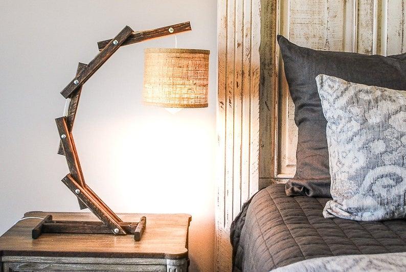Đèn đọc sách để bàn đầu giường gỗ đẹp